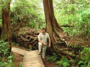 Urwaldriesen am Pazifik  (hinter mir ein liegender Baum)