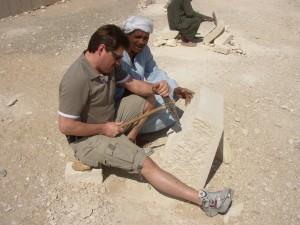 ägyptischer Steinmetz zeigt mir seine Arbeit